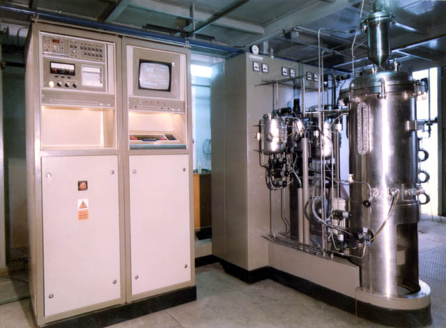 Picture of the CHEPOS 150 fermentation unit with the cabinet of the control system